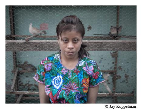 Joven novia con palomas en San Cristobal de las Casas, Chiapas, Mexico.